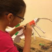 Powstaje model langusty z papieru
